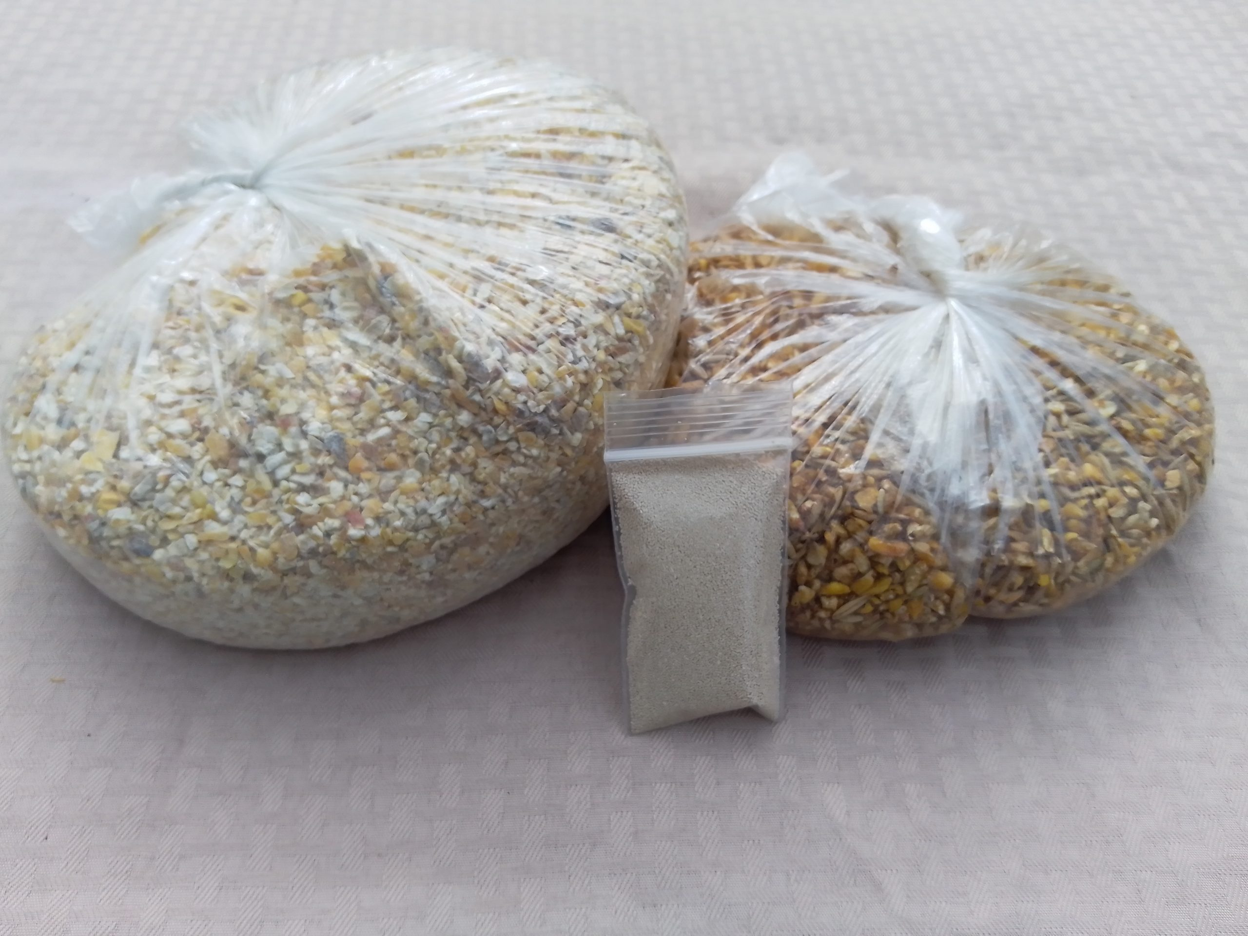 Chopped corn or cracked corn with unpelletized sweet molasses feed